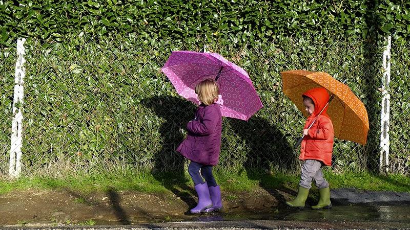 Bambini che giocano in una pozzanghera