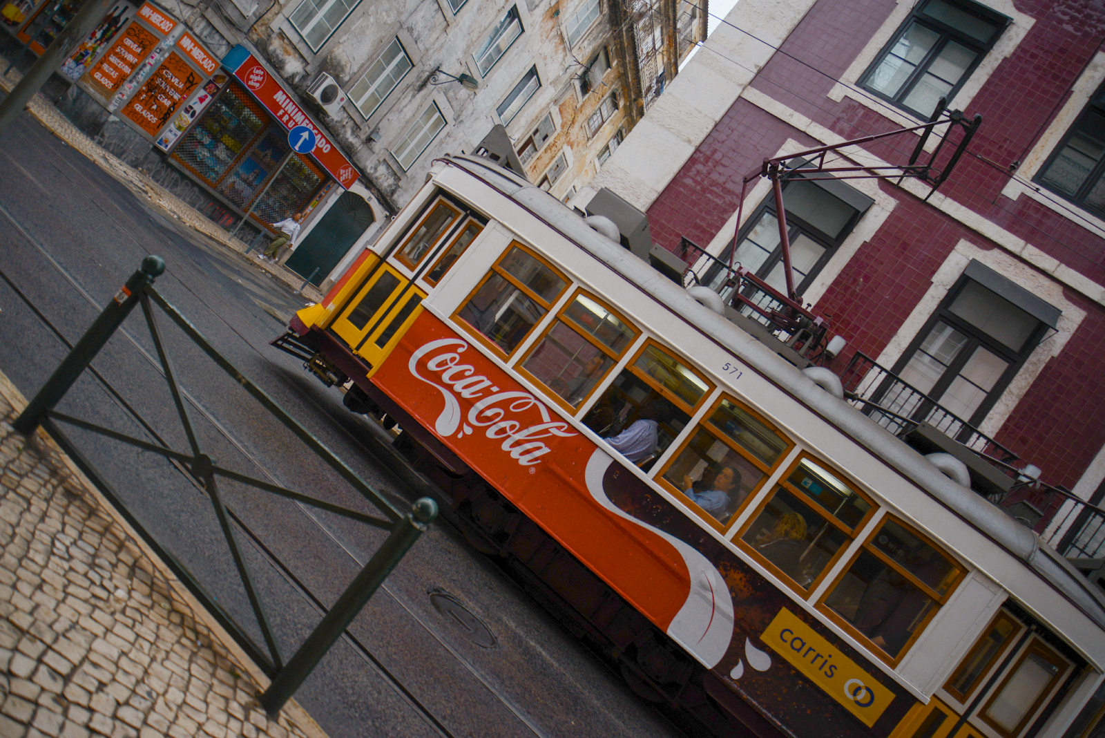 3 Days in Lisbon, Portugal, what to wear, Lisbon doors, streets, Lisbon tram photo ideas, Lisbon outfit ideas, pasteis de nata, photodiary / FOREVERVANNY.com