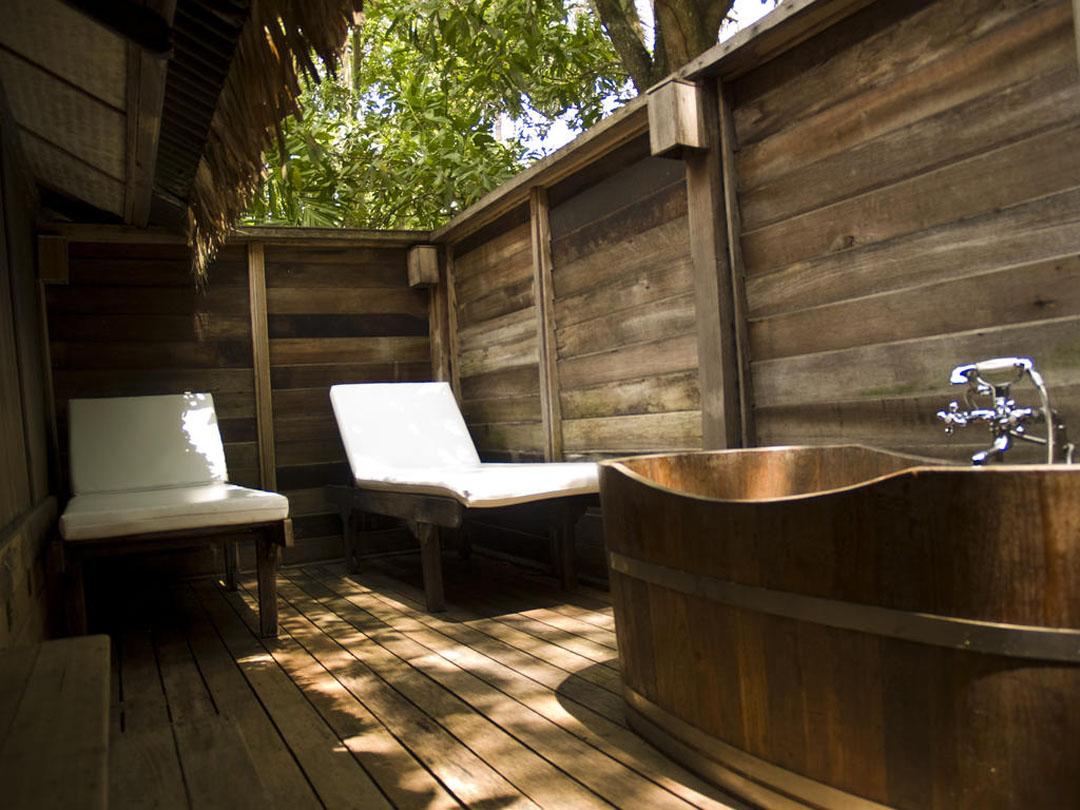Bilik mandi Bon Ton Resort di Langkawi