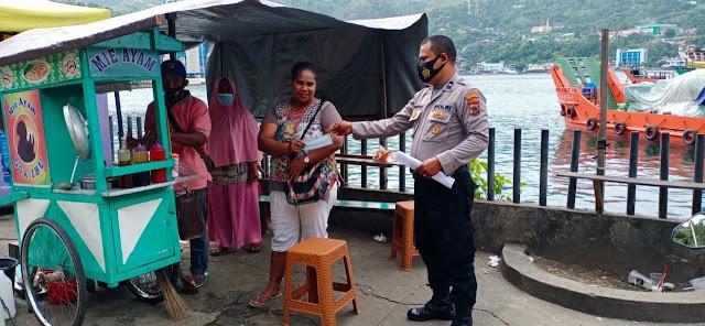 Himbau Prokes di Masa PPKM Level 4, Polsek KPL Jayapura Bagikan Masker
