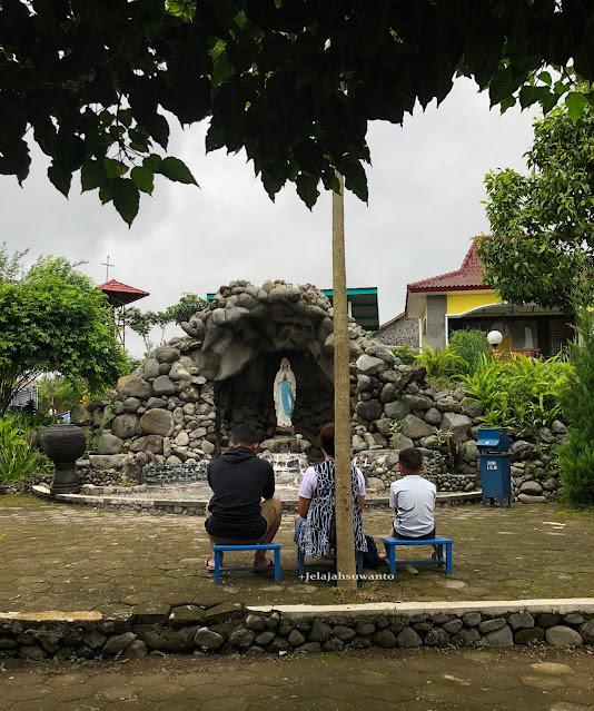 Pojok Doa, di belakangnya ada sebuah Gazebo terbuka - Taman Doa Maria Gantang,  Ⓒjelajahsuwanto