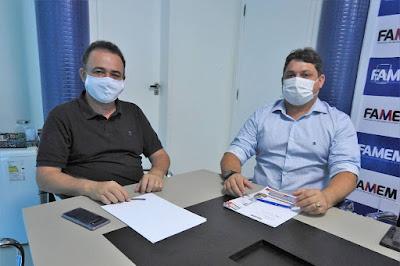 Alex Almeida, à direita, com Erlânio Xavier, presidente da Famem.