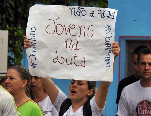 Palmital: Pais, alunos e professores realizam caminhada em protesto às ações do Governo