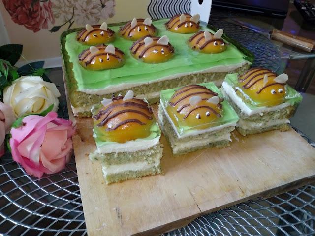 ciasto pszczolka w galaretce pszczolka na biszkopcie biszkopt szpiankowy biszkopt ze szpinakiem krem budyniowy ciasto z galaretka ciasto z brzoskwiniami ciasto na wielkanoc ciasto wiosenne