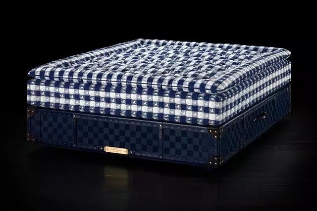 Dünyanın en pahalı yatağı unvanına sahip Grand Vividus, at amblemli mavi ekose kumaşı ile öne çıkıyor.
