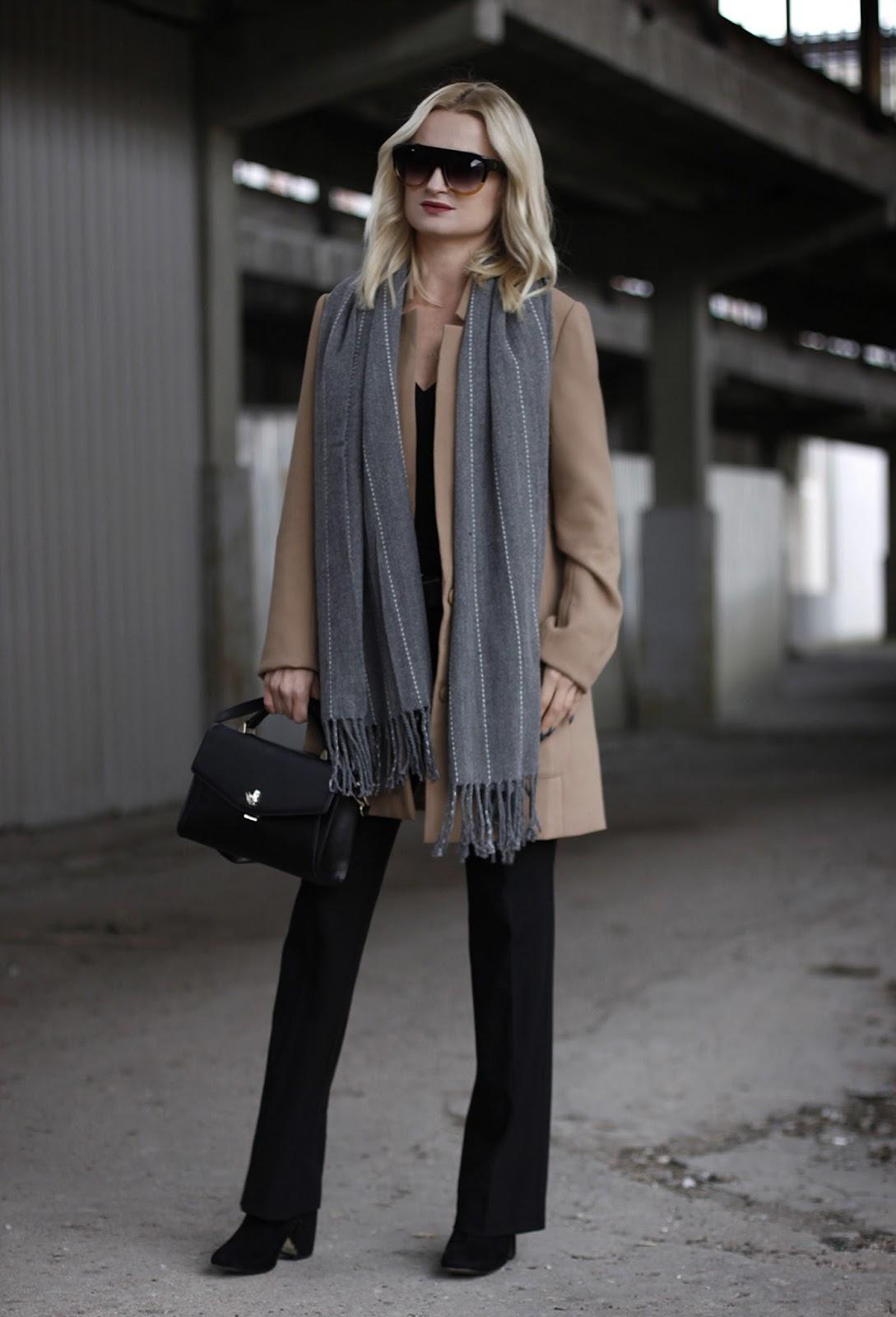 Minimalistyczna stylizacja z beżowym płaszczem