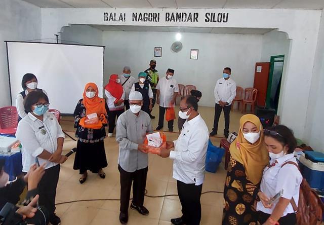 Penyuntikan Vaksin Kepada Masyarakat Tanah Jawa Didampingi Oleh Personel Jajaran Kodim 0207/Simalungun