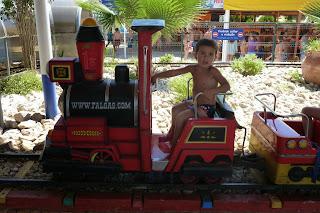 Joel en el Mini Tren.