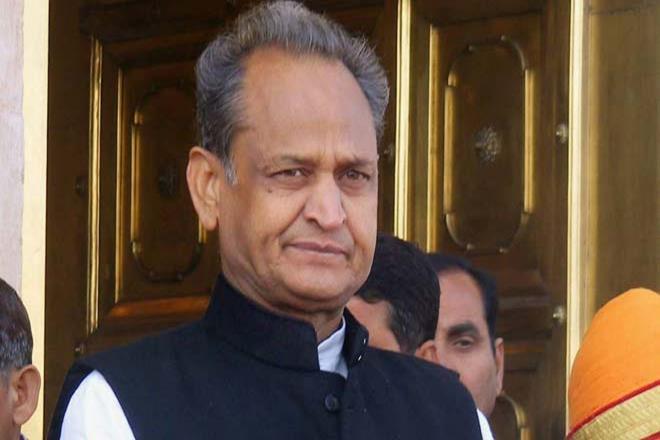 राजस्थान के मुख्यमंत्री अशोक गहलोत का दारू पी के बड़बड़ाने का वीडियो देखे ।