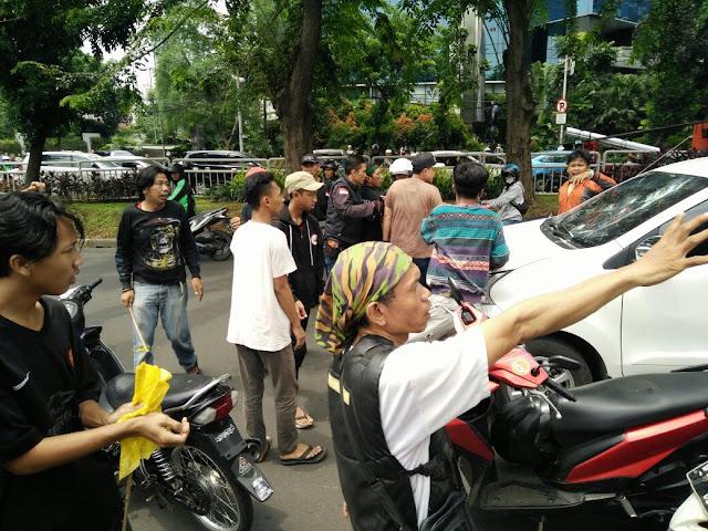 HOT NEWS Rombongan Iringan Jenazah Tidak Diberi Jalan, Pengemudi Mobil Diserang Depan Mall Kokas