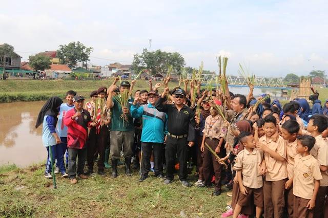 Dansektor 7 Kolonel Kav Purwadi Pimpin Tanam Ribuan Vertiver