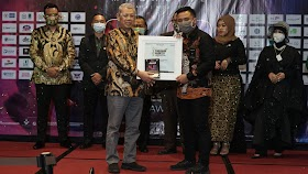 Rektor Uhamka Raih Gelar Indonesia Academic Leader 2020