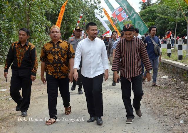 Tiba-tiba Muncul Dalam Arak-arakan, Emil Dardak Jadi Pusat Perhatian Pengunjung Larung Sembonyo Cengkrong