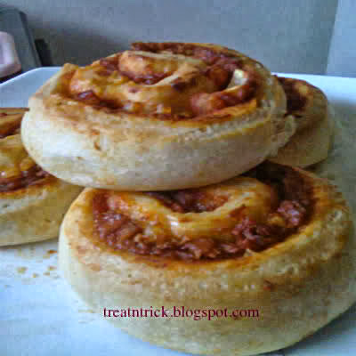 Pizza Rolls Recipe @ treatntrick.blogspot.com
