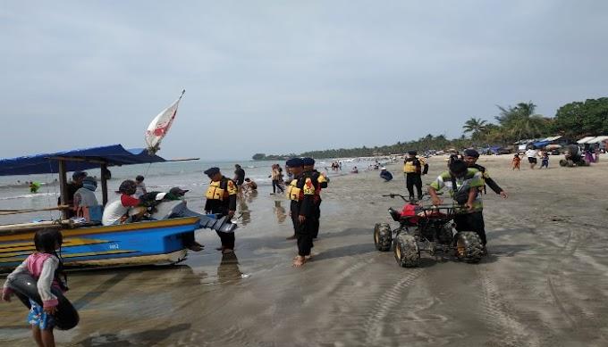 Ciptakan Rasa Amam dan Nyaman, SAR Satbrimobda Banten Laksanakan Pengamanan dan Pelayanan di Area Wisata Pantai Anyer
