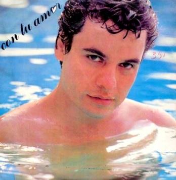 Foto de Juan Gabriel dentro de la piscina
