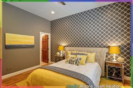 بطانية صفراء داخل غرفة نوم رمادية بالكامل
