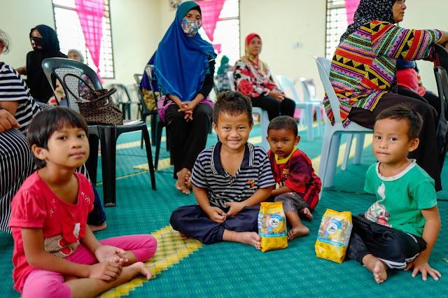 The kids in Kampung Orang Asli Kangkar Senanga received the pasta products from Alce Nero