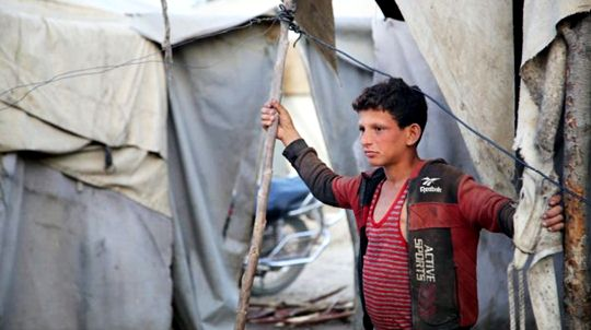 Little Ahmet, who sacrificed himself for his siblings to read, is making a living by breaking wood