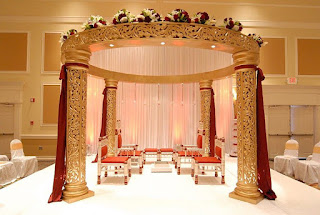 كوشة زفاف بين أربع أعمدة ذهبية