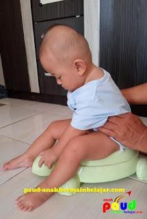 Kemandirian dalam mengelola diri sendiri secara sedikit demi sedikit perlu dibangun pada anak usia dini CARA MELATIH ANAK BUANG AIR BESAR (BAB) DAN BUANG AIR KECIL (BAK) TOILET TRAINING UNTUK ANAK PAUD (BAG 1)