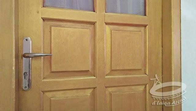 Cat Warna Emas (Gold) Pada Pintu Kayu