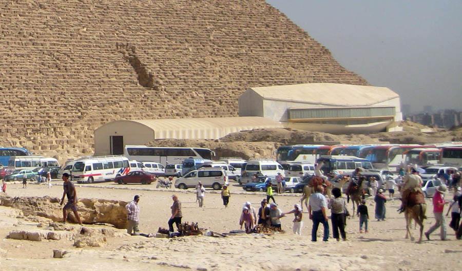 Посещение пирамид Гизы туристами