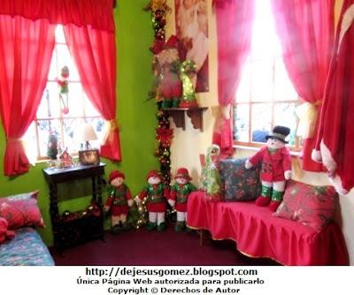Foto del dormitorio de Papa Noel (Santa Claus) decorado con cojines y muñecos de nieve por Jesus Gómez