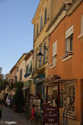Tipiche case colorate nel centro di Aigues Mortes