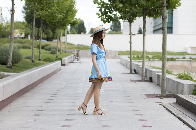 rochia albastra cu broderie