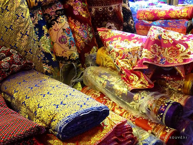 Κίνα, στο δρόμο του μεταξιού... Μετάξια στην αγορά του Κασγκάρ / China, on the Silk Road