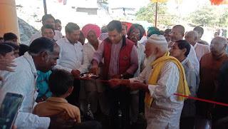 मनावर विधायक डॉ हीरालाल अलावा द्वारा पानी के टैंकर वितरण किए गए