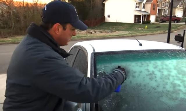 Το κόλπο για να φύγει ο πάγος στο παρμπρίζ του αυτοκινήτου (video)
