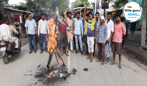 हरसिद्धि में बिहार नवयुवक सेना ने किया पथ निर्माण मंत्री नंदकिशोर  यादव का पुतला दहन