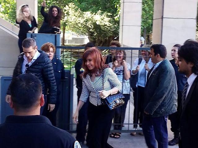 Con una Chanel de lujo Cristina Kirchner pidió ser sobreseída en la causa Los Sauces