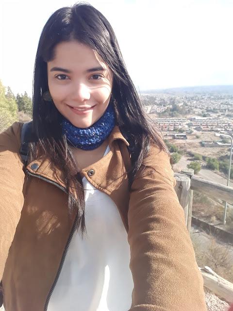 selfie de uma mulher com a cidade de fundo