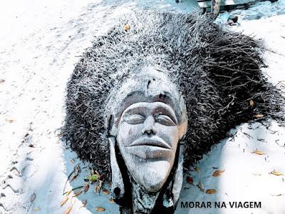 Escultura talhada na raiz de um coqueiro na Ilha de Boipeba