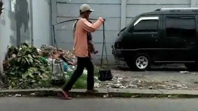Miris! Bapak Ini Jualan Cobek Keliling Sambil Gendong Anak, Netizen: Tolong Bantu!