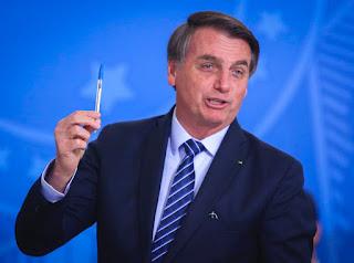 Bolsonaro sobre prêmio a Chico Buarque: 'Até 31 de dezembro de 2026 eu assino'
