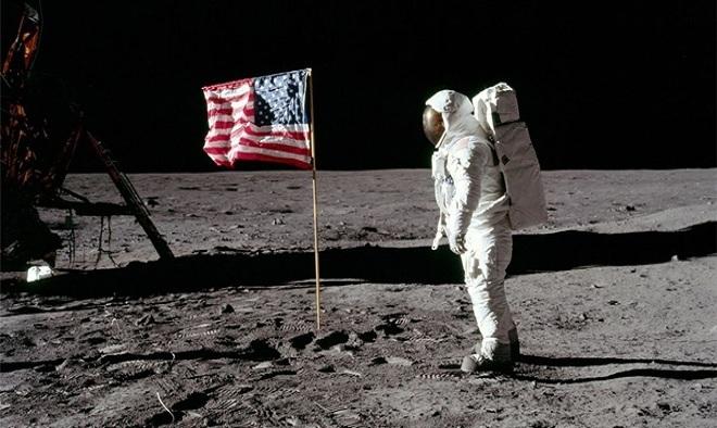 NASA phóng tàu vũ trụ Apollo 11 thực hiện thành công sứ mệnh đổ bộ lên Mặt Trăng vào ngày 20/7/1969