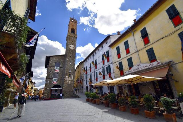 Palazzo dei Priori na Piazza Poppolo em Montalcino
