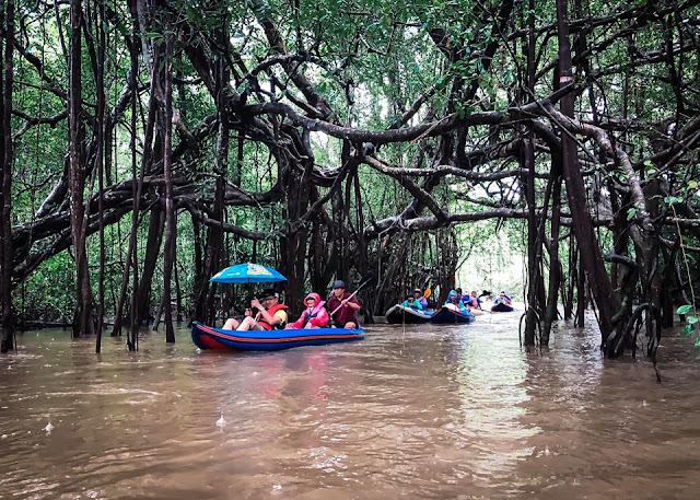 กิจกรรมท่องเที่ยว คลองสังเน่ห์  ล่องเรือชมความงามของธรรมชาติและสัตว์ต่างๆ ทั้งงูเขียว งูปล้องทอง