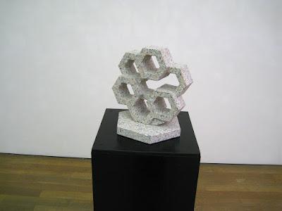 蜂 万成石の彫刻