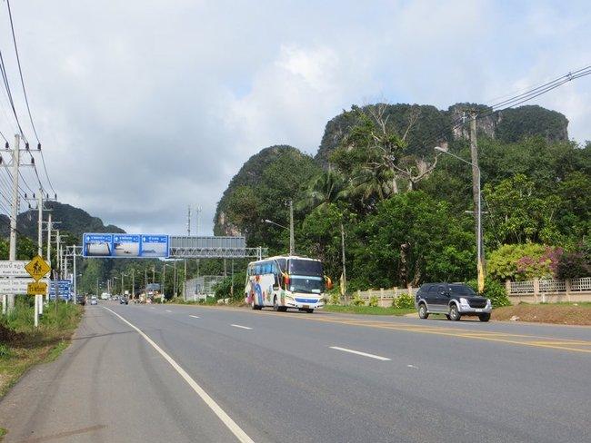 Автобус едет по дороге в Таиланде возле гор