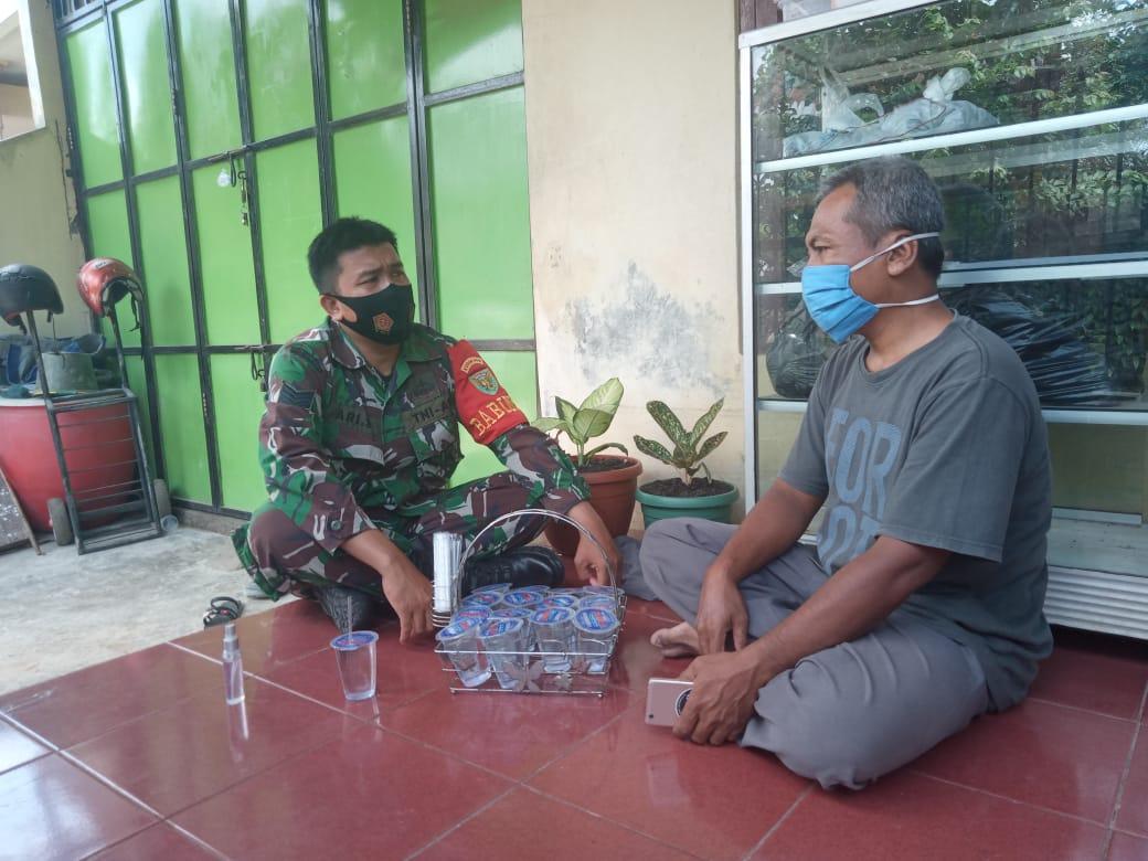Kodim 0410/KBL Serma Ari Setiawan melakukan kegiatan Komsos kepada Tokoh masyarakat di wilayah binaannya