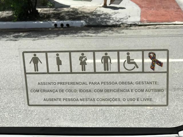 Símbolo do autismo começa a ser incluído nos assentos preferenciais dos ônibus de SP