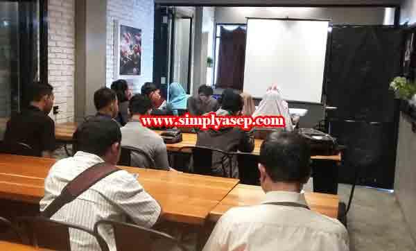 SANTAI : Suasana kelas kelas hari kedua, Kelas Gapura Digital Pontianak di lantai 2  warung Upnormal Pontianak.  Foto Asep Haryono
