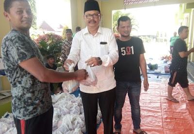 Kepala Kemenag Pidie Jaya Menyerahkan Daging Kurban Kepada Penerima