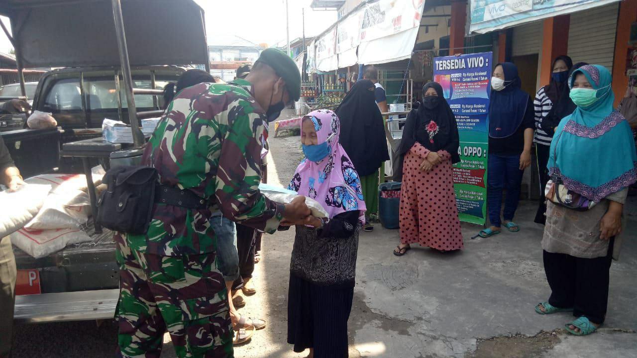 Satgas Yonarhanud 16 Kostrad Bersama Polri dan Pemda Nunukan Membagikan Masker