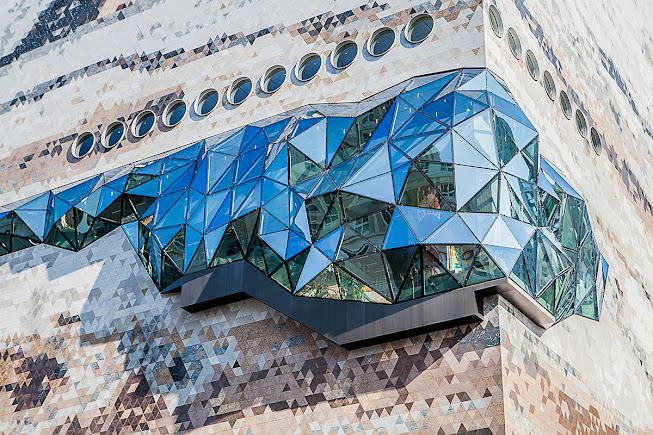 Chi tiết mảng kính ốp lồi của công trình The Galleria